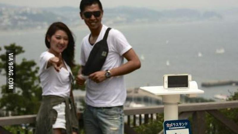 Japończycy instalują podstawki do seflie w miejscach wartych zobaczenia