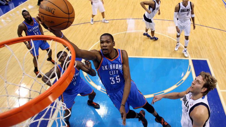 Koszykarz Thunder wkłada piłkę do kosza