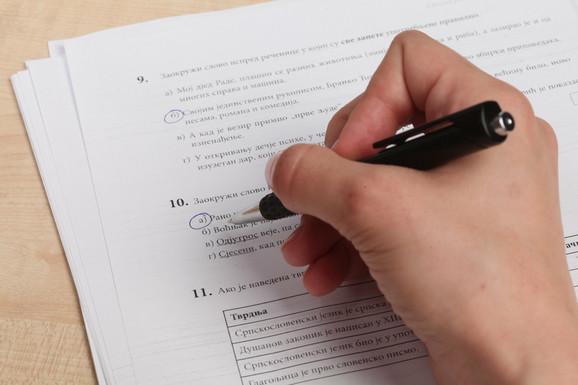 Kao na izborima: Popunjavanje listića na testu iz srpskog jezika