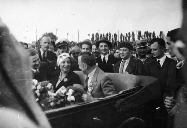 Kapitan Stanisław Skarżyński z żoną Julią opuszczają lotnisko w Warszawie