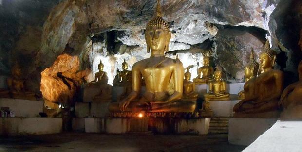 Jaskinia w zakonie Thamkrabok, oświetlona przez polskiego mnicha