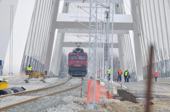 Teretna kompozicija na novom mostu