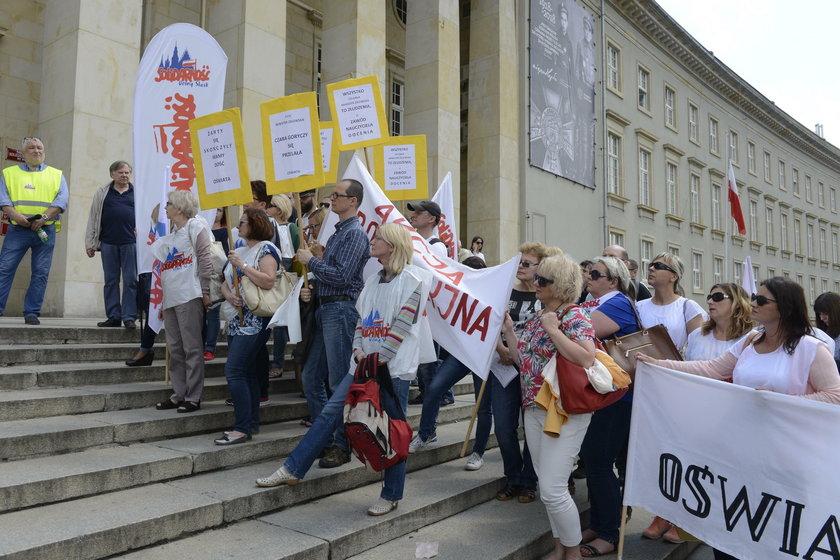Protest nauczycieli pod urzędem
