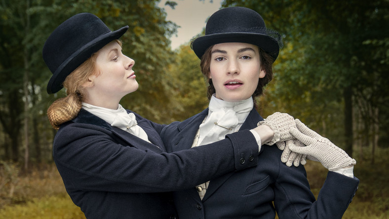 """Emily Beecham and Lily James in the series """"Chasing love"""""""