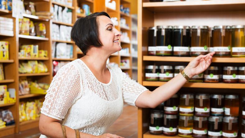 Kobieta wybiera miód
