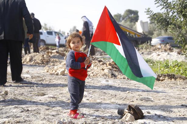 Dziecko z flagą Palestyny