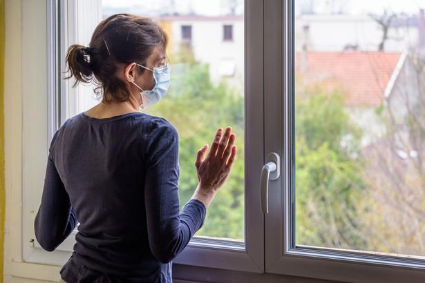 Sytuację dodatkowo komplikuje możliwość wykonywania pracy zdalnej, którą dopuszczono najpierw na kwarantannie, a potem również w trakcie izolacji w warunkach domowych