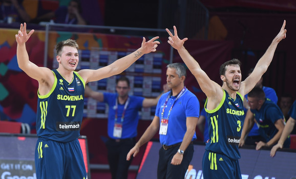 Slavlje Luke Dončića i Gorana Dragića sa visoko podignuta tri prsta