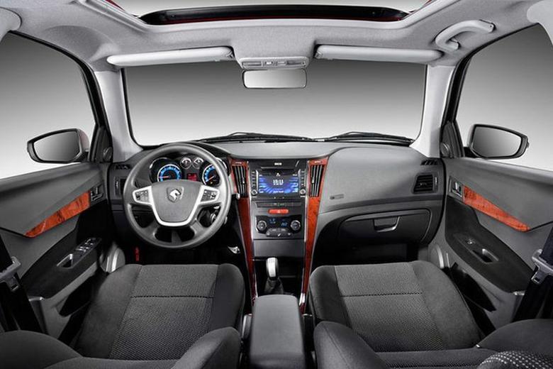 IKCO Dena Plus. Samochód można wyposażyć w radio CD/DVD z USB oraz elektrycznie sterowane szyby i lusterka
