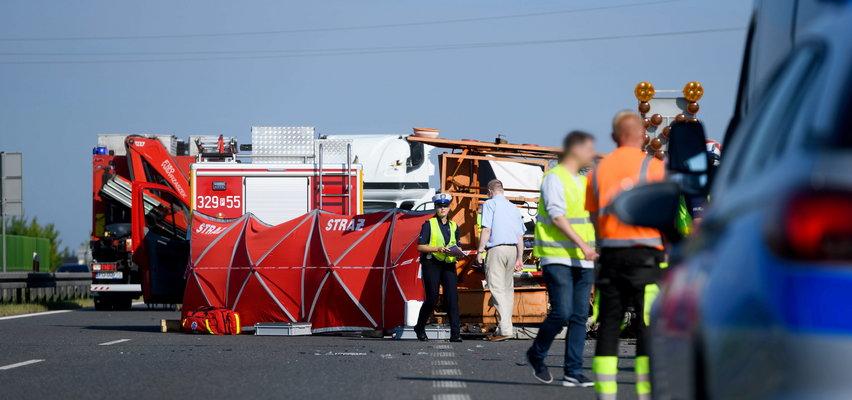 Tragiczny wypadek na S11 pod Poznaniem. Bus wjechał w drogowców. Nie żyją 2 osoby