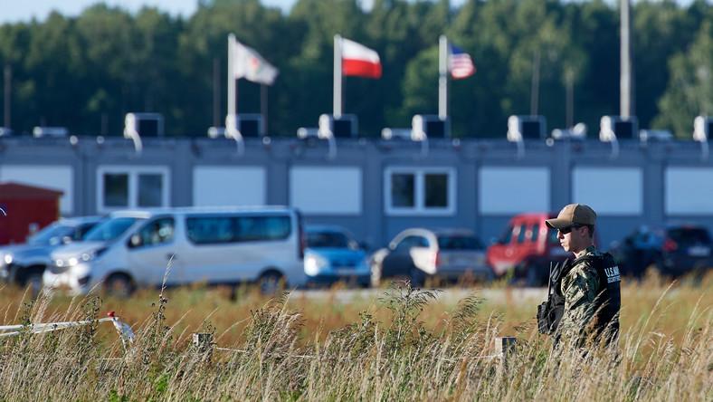 Amerykański żołnierz pilnuje budowy instalacji wojskowych na terenie amerykańskiej bazy wojskowej w Redzikowie