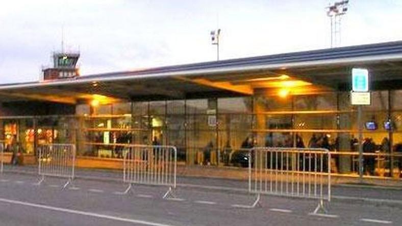 Lotnisko położone jest 88 kilometrów od centrum Paryża. Zdaniem serwisu podróżniczego budynek lotniska bardziej przypomina dworzec autobusowy. Jest ciasny, zaniedbany, a czystość pozostawia wiele do życzenia. Lotnisko w nocy jest zamknięte. CZYTAJ WIĘCEJ