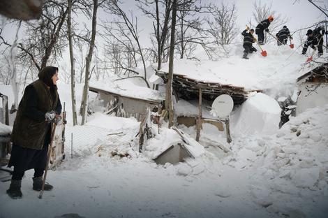 Vatrogasci u rumunskom selu pomažu stanovništvu