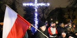 Krzyż spod domu Jaruzelskiego pod domem Kiszczaka