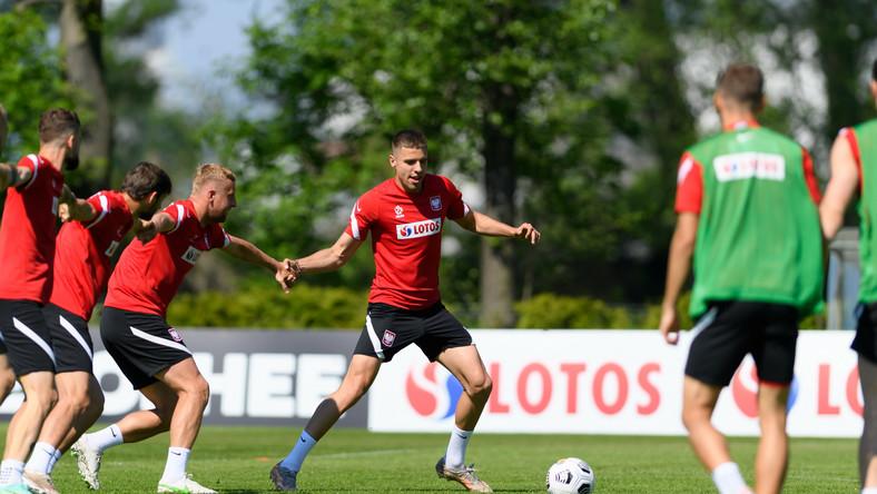 Zawodnicy piłkarskiej reprezentacji Polski Jan Bednarek (C) i Kamil Glik (3L) podczas treningu kadry w Opalenicy