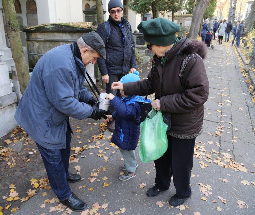 41. kwesta na Starych Powązkach. Warszawiacy wspierają Stare Powązki