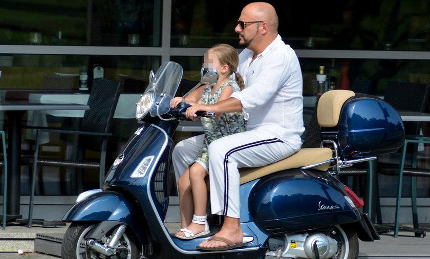 Piotr Gąsowski z córką na skuterze