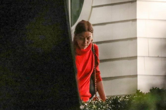 Irina Šajk ispred kuće Dženifer Garner sinoć u Los Anđelesu
