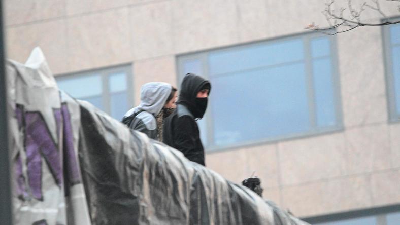 Zamaskowani demonstrancji na barykadzie podczas Święta Niepodległości