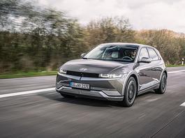 Hyundai Ioniq 5 – wskazuje, którędy droga