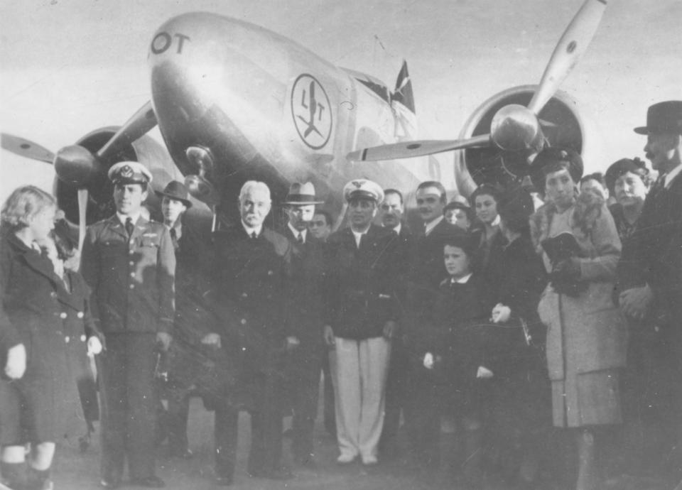Załoga rejsu z Bourbank do Warszawy, tuż po lądowaniu. Pierwszy eksperymentalny rejs nad Atlantykiem zakończył się sukcesem.