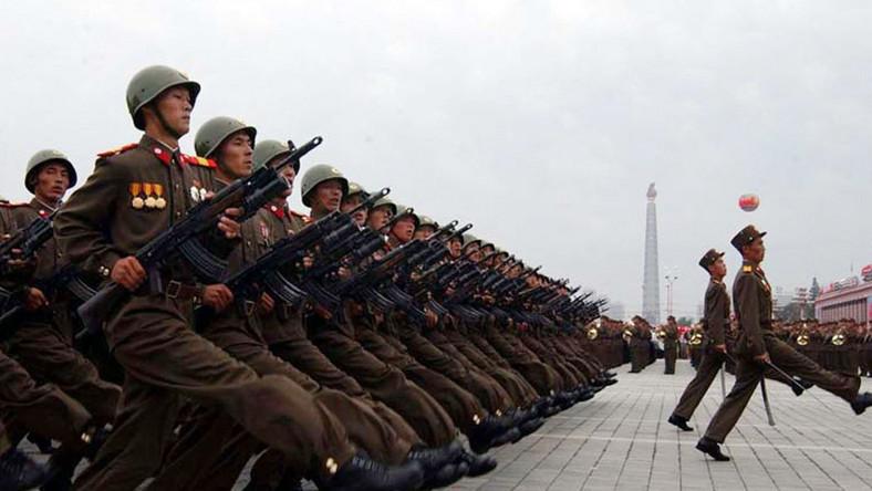 Armia Korei Północnej defiluje