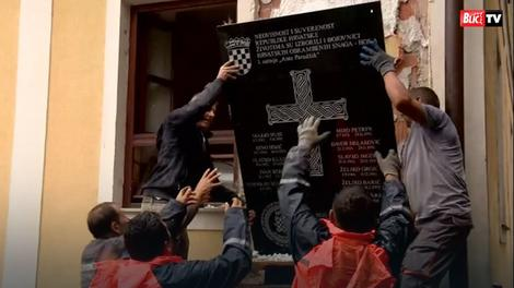 Tabla sa ustaškim simbolom u Jasenovcu