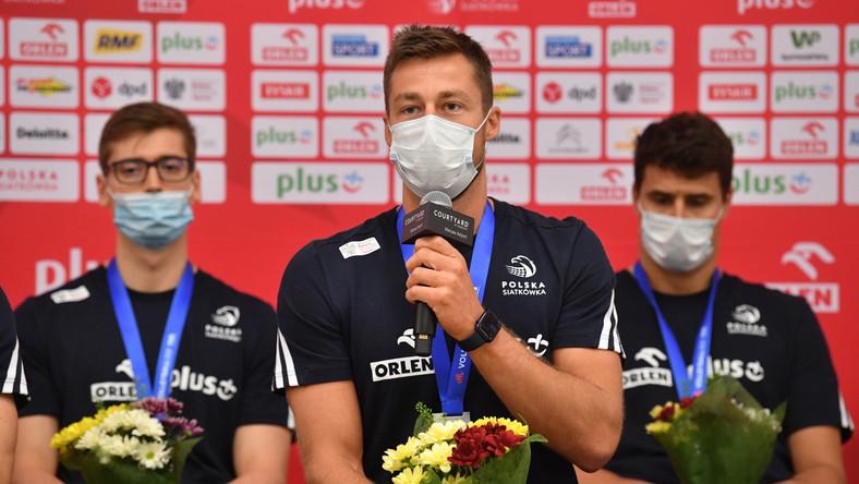 Michał Kubiak (C) po przylocie do Polski z turnieju Ligi Narodów w Rimini
