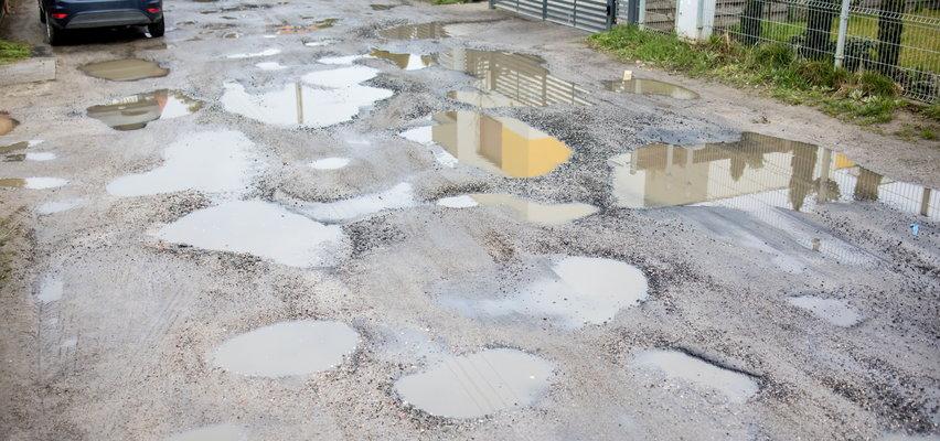 Załatanie dziur asfaltem w drodze gruntowej nie pomogło. Poznańska ulica znów jak pobojowisko