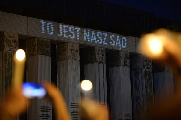 Protestujący z płonącymi świecami przed siedzibą SN. Łańcuch światła i czystych intencji - na akcję przed siedzibą Sądu Najwyższego na pl. Krasińskich w Warszawie