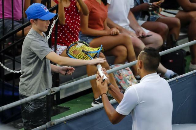 Nik Kirjos daje autogram jednom od navijača u Vašingtonu