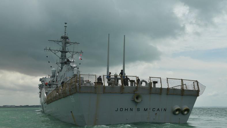 VII Flota USA poinformowała, że okręt ma poważnie uszkodzony kadłub. Zalane zostały niektóre pomieszczenia załogi, woda dostała się też do maszynowni i pomieszczeń łącznościowych. Działania podjęte przez załogę zapobiegły zalaniu kolejnych przedziałów okrętu.