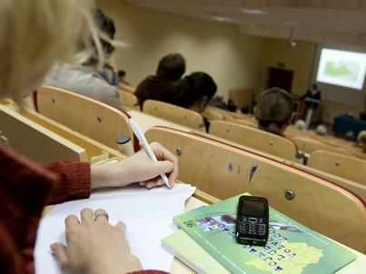 Ręczne notowanie jest bardziej skuteczne od zapisywania na laptopie