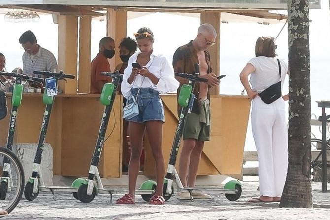 Tina Kunaki i Vensan Kasel nadomak plaže u Brazilu