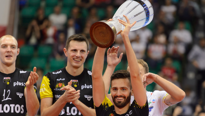 Kapitan drużyny Bartosz Gawryszewski z trofeum. Lotos Trefl Gdańsk zdobył siatkarski Superpuchar Polski po pokonaniu Asseco Ressovii Rzeszów 3:2