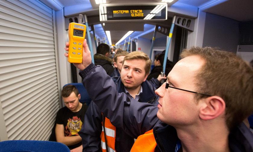 Kontrola pociągów Kolei Sląskich przez Urząd Transportu Kolejowego.