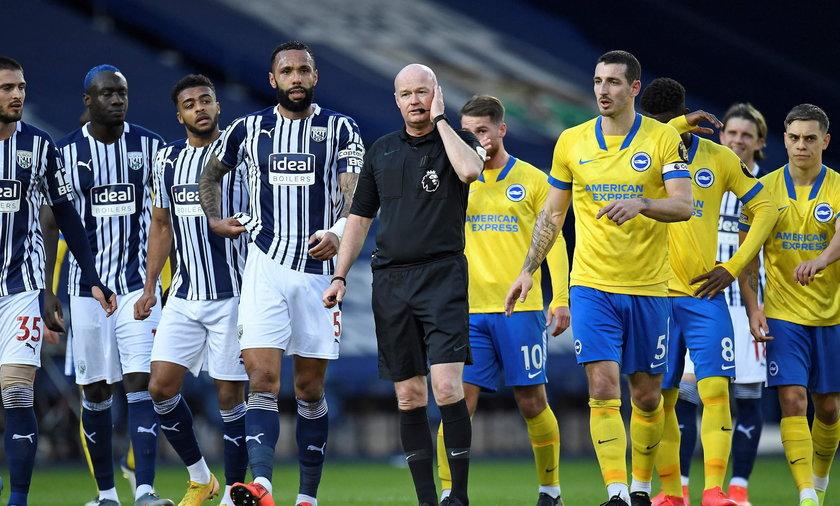 Sędzia Lee Mason i koledzy Jakuba Modera z Brighton (żółte koszulki) nie popisali się w sobotę