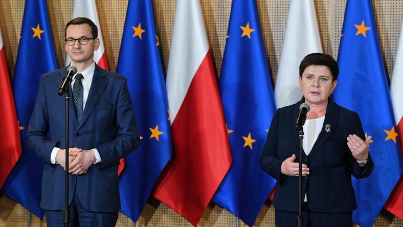 Premier Mateusz Morawiecki i wicepremier Beata Szydło podczas konferencji prasowe na PGE Stadionie Narodowym w Warszawie, po zakończeniu pierwszego etapu rozmów w ramach Okrągłego Stołu edukacyjnego
