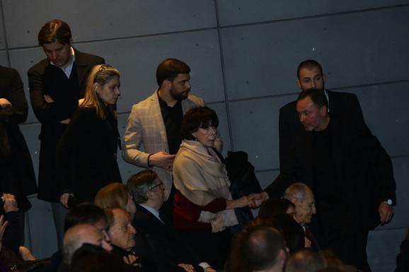 Seka Sablić, pored koje sedi Radoslav Zelenović i dva mesta dalje Vlasta Velisavljević