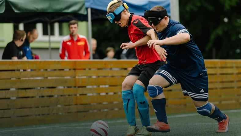 Nie widzą przeszkód i kopią. Blind football w krakowskim wydaniu