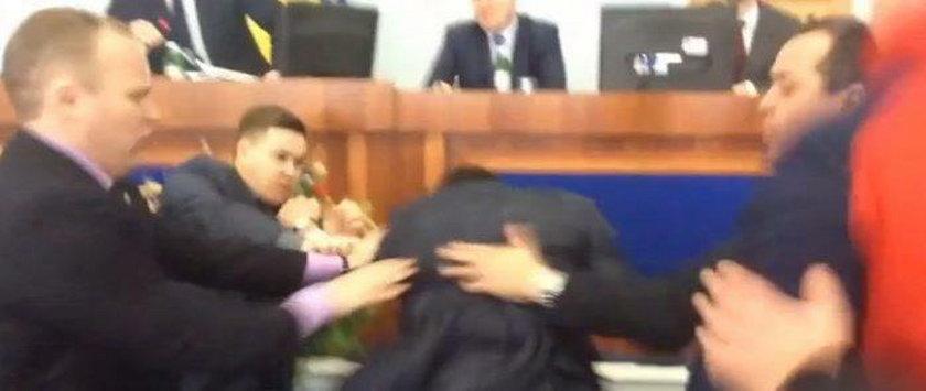 Bójka podczas posiedzenia rady. Polityk uderzył gościa