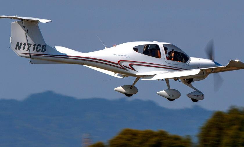 Diamond Aircraft DA 40 (N171CB) on approach to Palo Alto Airport (KPAO), Palo Alto, California, Unit