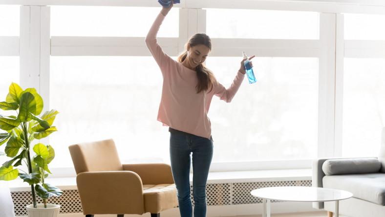Szczęśliwa pani domu. Sprzątanie