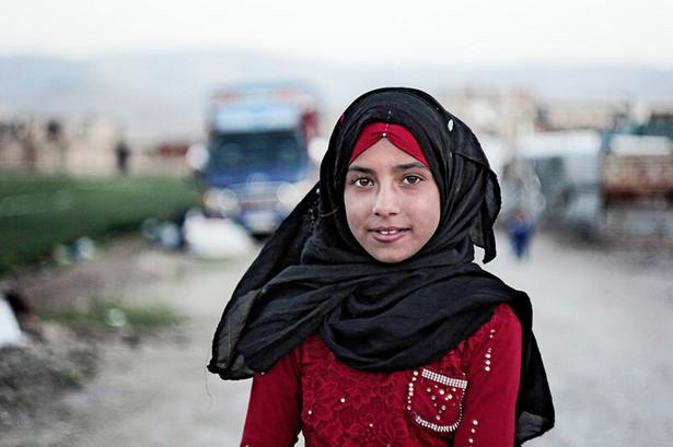 """""""Nazywam się Tahani. Pochodzę z Syrii, z miasta Ar-Rakka. Tam się urodziłam, wychowałam, chodziłam do szkoły. Stamtąd są moi przyjaciele i rodzina. Po szkole, z przyjaciółmi, bawiliśmy się na podwórku. Bardzo za tym tęsknie. Lubiłam szkołę, lubiłam wolność, którą tam mieliśmy."""""""