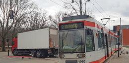 Zderzenie tramwaju z volvo na Dąbrowskiego w Łodzi. Objazdy