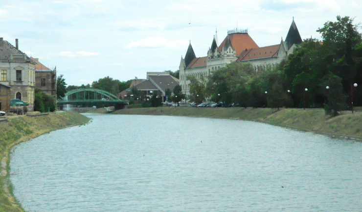 480381_zrenjanin-jezero-na-kojem-ce-biti-postavljeni-splavovi-desno-je-naselje-mala-amerika