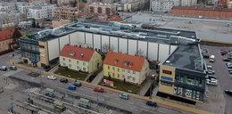 Tak się buduje w Polsce! Mieszkają w galerii handlowej