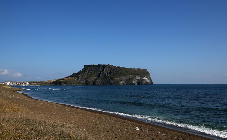 Najbardziej charakterystycznym punktem krajobrazu jest tam wulkan tarczowy Halla-san. Przy okazji stanowi najwyższy szczyt Korei Południowej