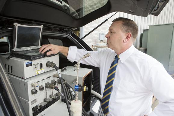 Profesor Den Karder pored uređaja za testiranje emisije izduvnih gasova