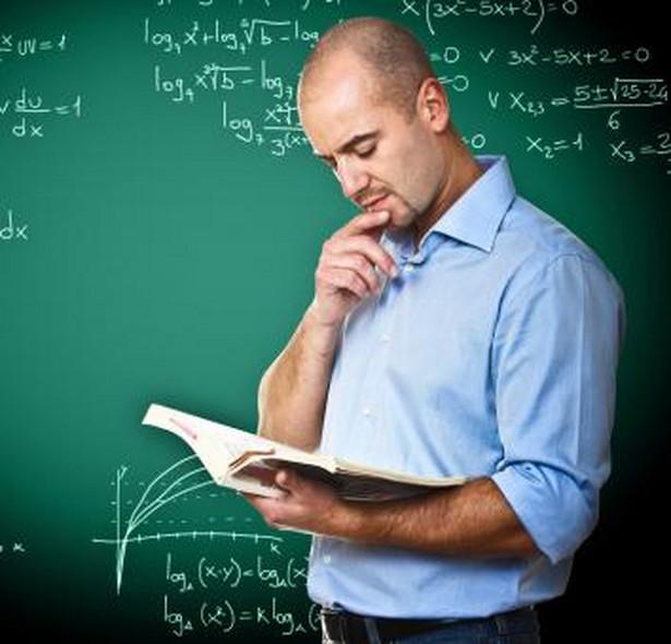Nawet jeśli obiekcje dotyczące pracy nauczyciela są zgłaszane w trakcie roku szkolnego, wypowiedzenie wręcza mu się i tak pod koniec roku szkolnego.